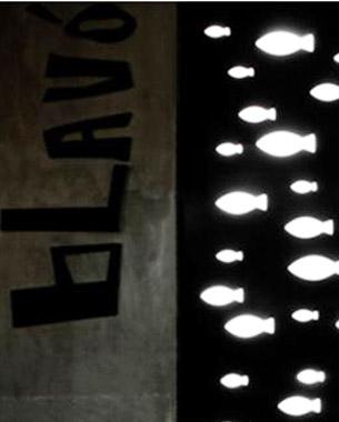 Proyecto de interiorismo para un pub en la playa. El proyecto trata de dar solución a un local de planta rectangular y mucha profundidad, rompiéndolo al introducir rasgaduras de color de distintos tamaños y orientación sobre las paredes laterales. Un proyecto moderno que utiliza colores fluor en los distintos revestimientos para atraer a un público joven y actual.