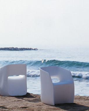 """... Mobles 114 Barcelona es la marca sobre la que se sustenta una cultura de empresa y un producto. Identificada física y culturalmente con la ciudad de Barcelona, cuna del diseño en el sur de Europa. En elaño 2001 obtuvo el Premio Nacional del Diseño 2001 por """"la perseverancia y coherencia demostrada durante toda su historia, reflejada en la calidad de sus productos."""