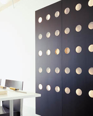 Maestros carpinteros y ebanistas, expertos en trabajar la madera de forma más sorprendente, ponen su profesionalidad al servicio de los diseñadores para permitir transformar los diseños en realidad. Técnicas ancestrales y la tecnología más moderna se combinan con la creatividad artística para construir los productos de diseño de HORM.